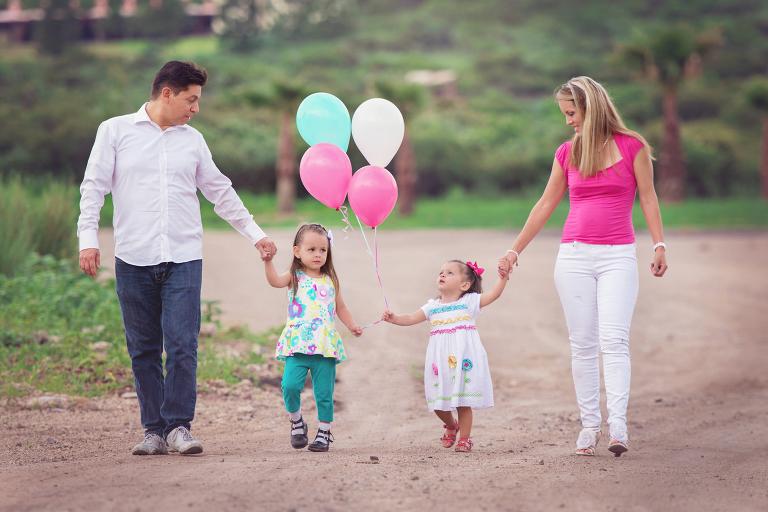 caminando con dos hijas y globos