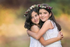 dos niñas sonriendo