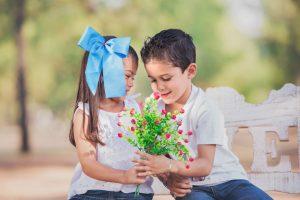 hermanos, sonrisa, flores