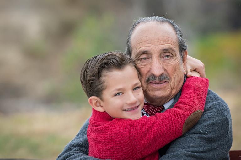 nieto abrazando abuelo