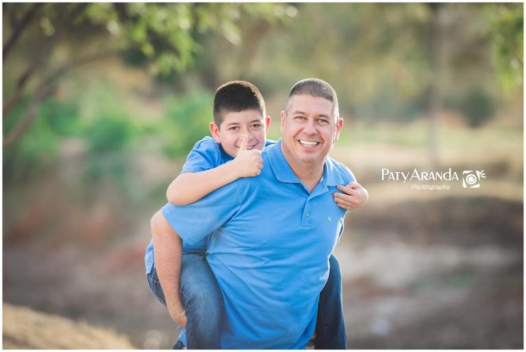 Fotografía de padre e hijo tomada al aire libre en León, Gto.