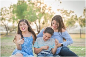 Fotografía de tres personas sonriendo en León,Gto.
