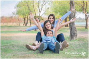 Fotografía de madre e hijos en forma de trenecito en León,Gto.
