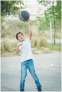 Niño jugando basquet