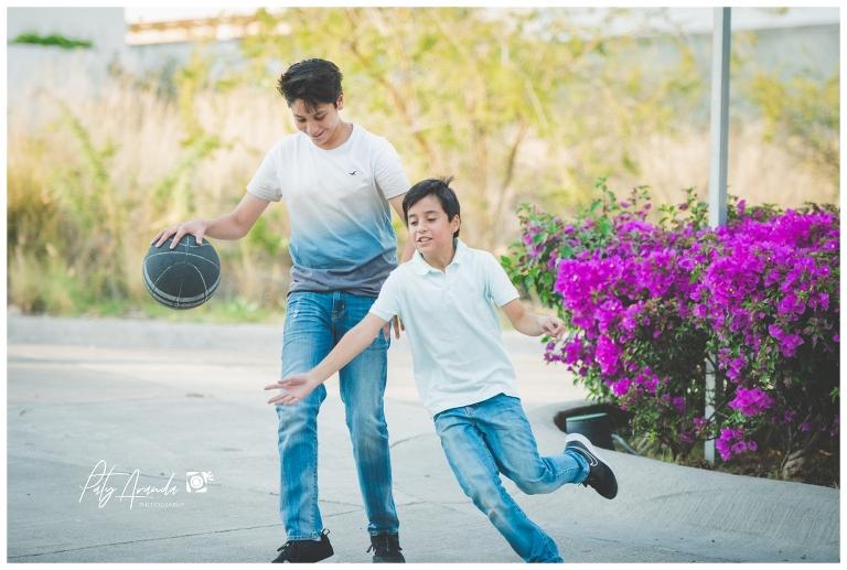 hermanos jugando basquet