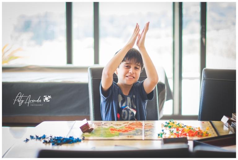 niño divirtiéndose jugando un juego de mesa