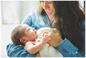fotografía de familias con bebé en casa en León, Gto.