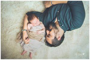 fotografía de papá con bebé en casa en León, Gto.